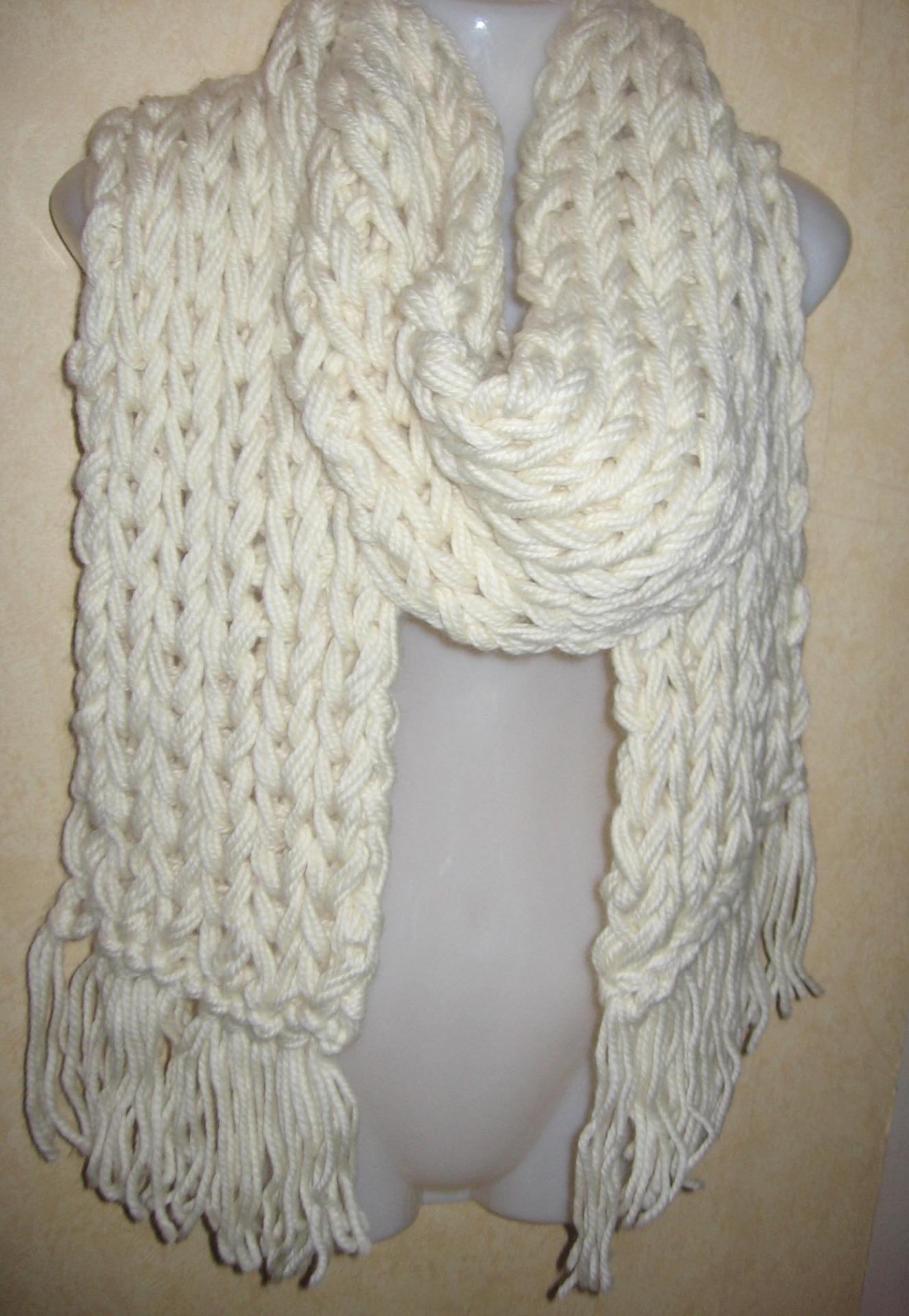 82d7bb29acd0c Femme Une Écharpe Au Crochet – Groupe Sister