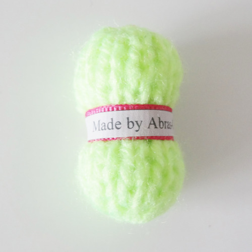 pelote de laine jaune fluo