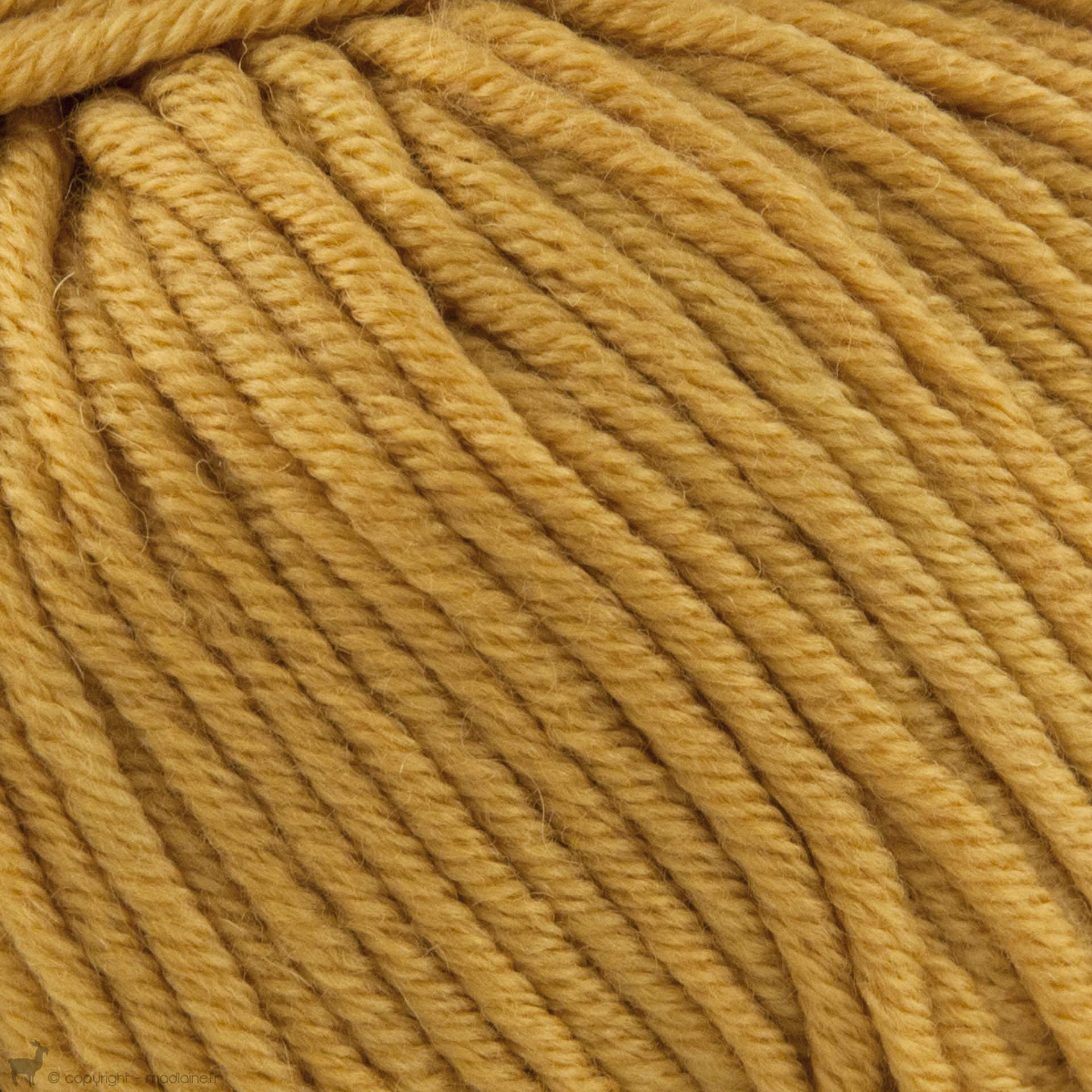 pelote de laine jaune moutarde