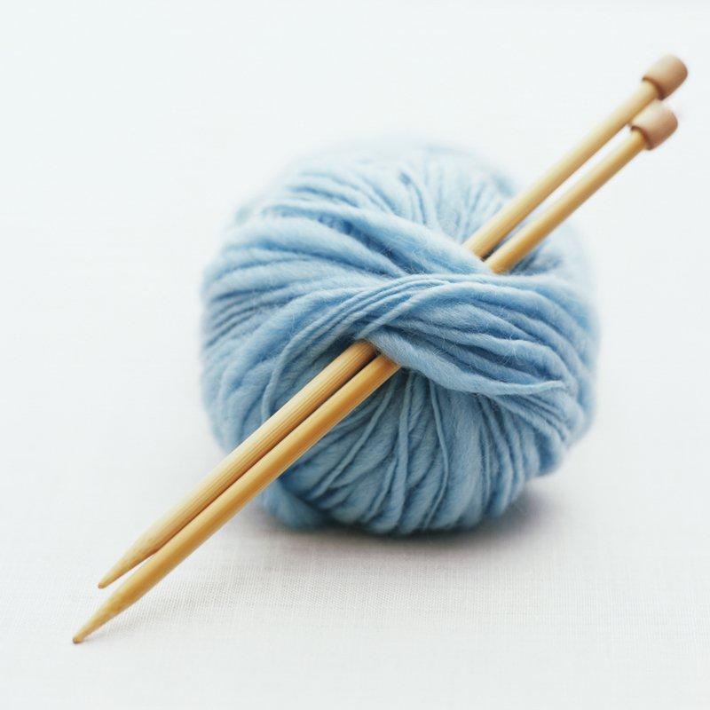 pelote de laine et aiguille